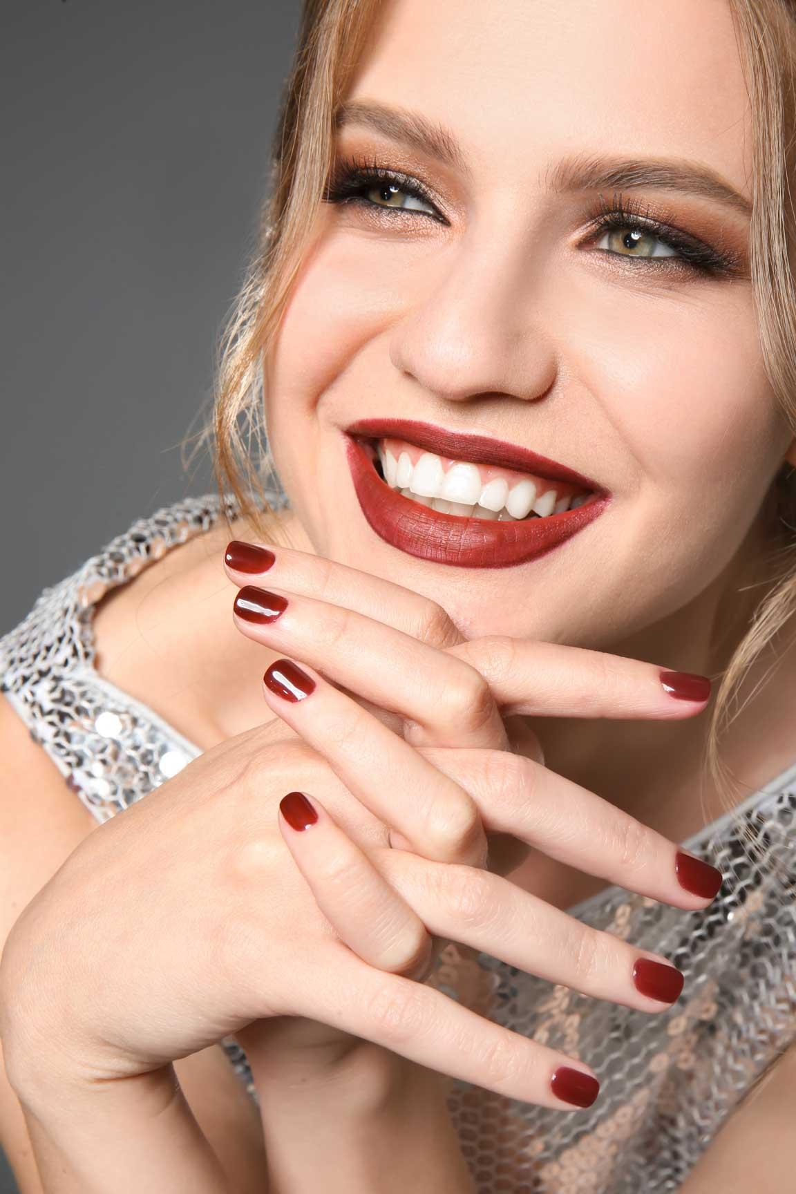 Kobieta z paznokciami tytanowymi