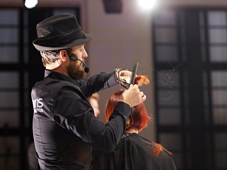 Krzysztof Kulesza podczas szkolenia ze strzyżeń