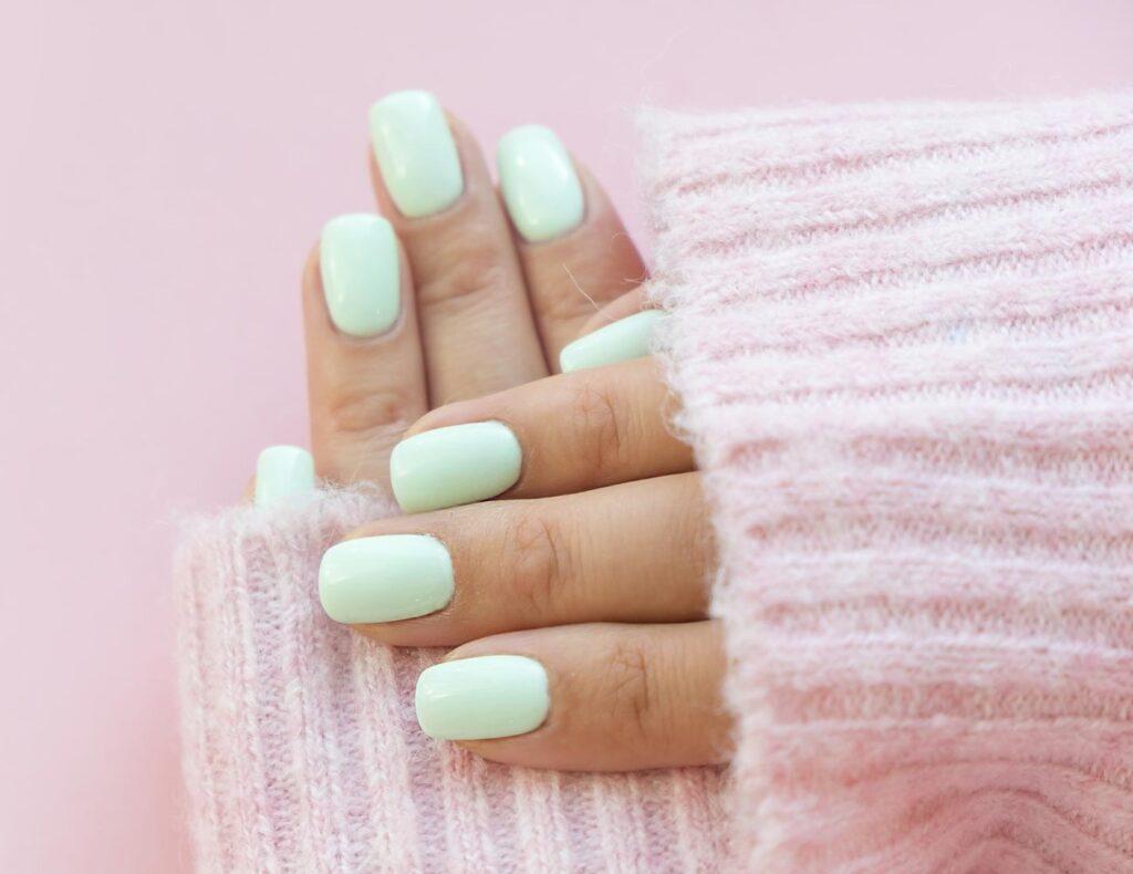 Pastelowy manicure tytanowy