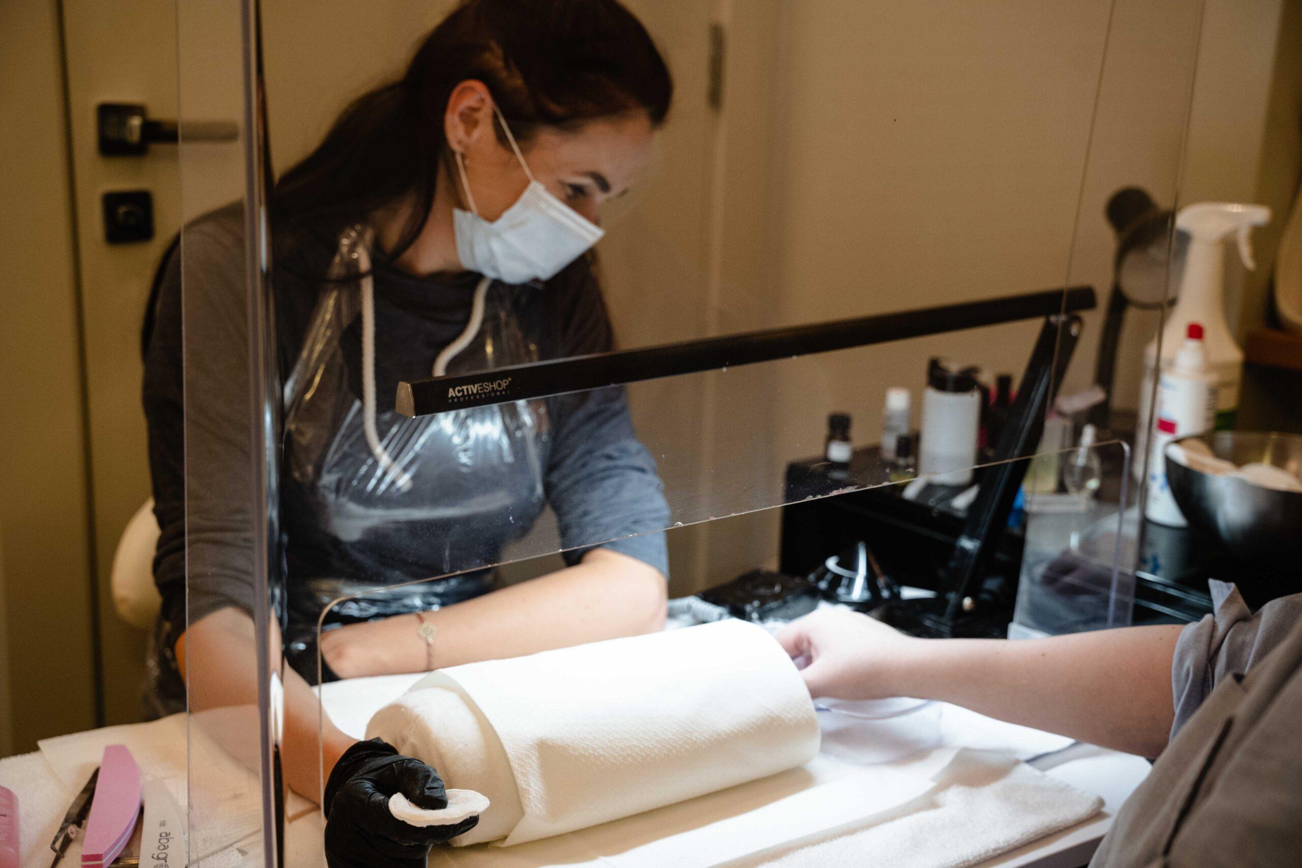 Bezpieczeństwo zabiegów manicure w salonie kosmetycznym Tallulah