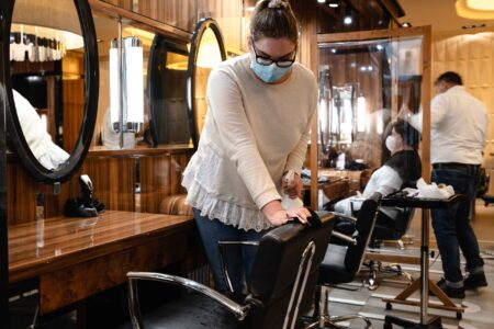 Dezynfekcja krzeseł po wizycie klienta w salonie Tallulah