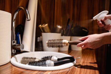 Dezynfekcja narzędzi fryzjerskich w salonie Tallulah