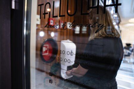 Mycie rąk przed wizytą w salonie fryzjerskim Tallulah