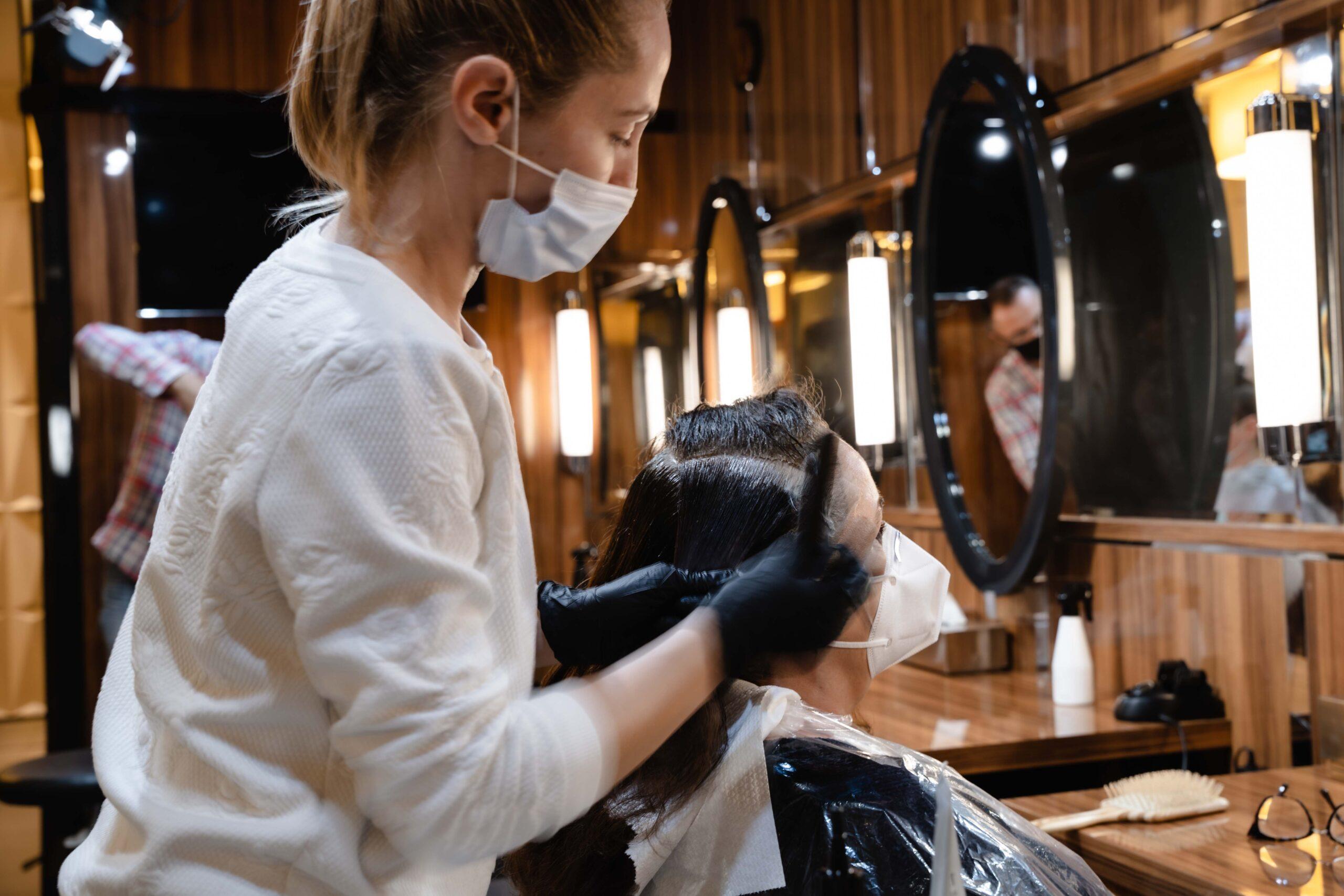 Jednorazowe peniuary dla klientów w salonie fryzjerskim