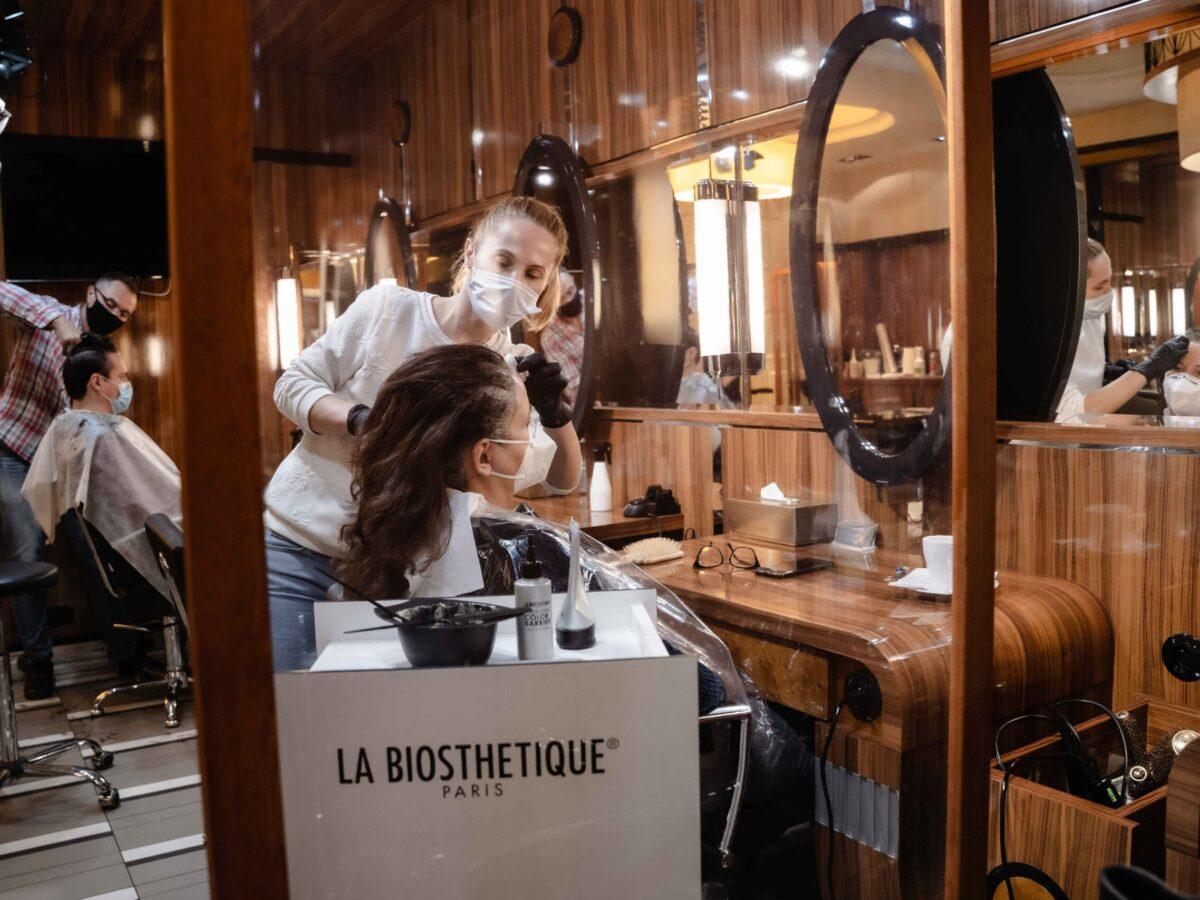 Parawany oddzielające klientów w salonie fryzjerskim Tallulah